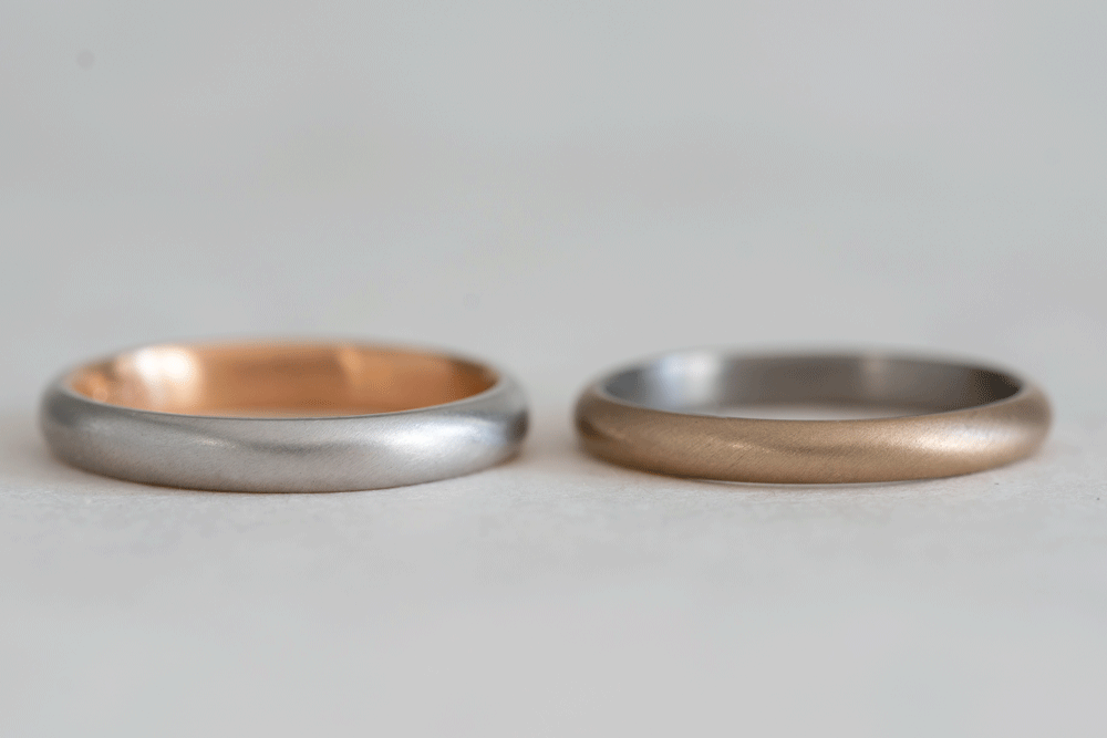 指輪の外側と内側で異なる金属素材の組み合わせです。