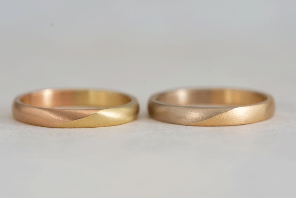 指輪の左右で異なる金属素材を選ぶ組み合わせです。